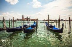 ВЕНЕЦИЯ, ИТАЛИЯ - 19-ОЕ АВГУСТА 2016: Традиционные гондолы на узком конце-вверх канала 19-ого августа 2016 в Венеции, Италии Стоковые Изображения RF