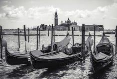 ВЕНЕЦИЯ, ИТАЛИЯ - 19-ОЕ АВГУСТА 2016: Традиционные гондолы на узком конце-вверх канала 19-ого августа 2016 в Венеции, Италии Стоковое фото RF