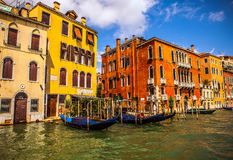 ВЕНЕЦИЯ, ИТАЛИЯ - 19-ОЕ АВГУСТА 2016: Традиционные гондолы на узком конце-вверх канала 19-ого августа 2016 в Венеции, Италии Стоковые Фото
