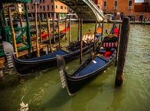 ВЕНЕЦИЯ, ИТАЛИЯ - 17-ОЕ АВГУСТА 2016: Традиционные гондолы на узком конце-вверх канала 17-ого августа 2016 в Венеции, Италии Стоковые Фото
