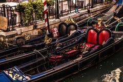 ВЕНЕЦИЯ, ИТАЛИЯ - 17-ОЕ АВГУСТА 2016: Традиционные гондолы на узком конце-вверх канала 17-ого августа 2016 в Венеции, Италии Стоковые Изображения RF