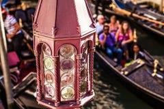 ВЕНЕЦИЯ, ИТАЛИЯ - 17-ОЕ АВГУСТА 2016: Традиционные гондолы на узком конце-вверх канала 17-ого августа 2016 в Венеции, Италии Стоковое Изображение RF