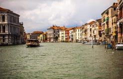 ВЕНЕЦИЯ, ИТАЛИЯ - 19-ОЕ АВГУСТА 2016: Vaporetto на грандиозном канале в Венеции 19-ого августа 2016 в Венеции, Италии Стоковое Изображение