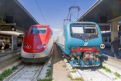 ВЕНЕЦИЯ, ИТАЛИЯ 22-ОЕ АПРЕЛЯ 2017: Быстроходные поезда Trenitalia тренируют поезда на железнодорожном вокзале Венеции Сент-Люсия стоковые изображения rf
