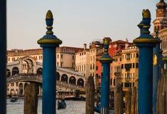 ВЕНЕЦИЯ, Италия - 25-ое апреля 2013: Канал Венеции большой на заходе солнца с мостом Rialto в предпосылке и типичных зачаливаниях стоковые изображения
