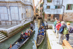 ВЕНЕЦИЯ, ИТАЛИЯ - 2-ОЕ АПРЕЛЯ 2017: Шлюпки гондолы на канале Венеции Сценарный старый взгляд улиц Итальянская лагуна Стоковое фото RF