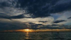 ВЕНЕЦИЯ, ИТАЛИЯ - 7-ОЕ ИЮЛЯ 2018: взгляд от моря заход солнца над поверхностью воды, около островов Венеции Burano акции видеоматериалы