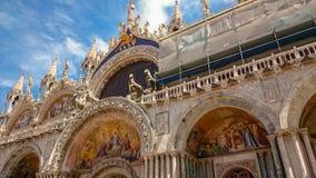 ВЕНЕЦИЯ, ИТАЛИЯ 20-ОЕ ИЮНЯ 2016: Базилика St Mark s в Венеции, Италии Базилика St Mark s одна из главным образом привлекательност стоковые фото