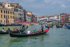ВЕНЕЦИЯ, ИТАЛИЯ - 9-ое июня: Гондолы на грандиозном канале в Венеции Стоковые Изображения