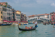 ВЕНЕЦИЯ, ИТАЛИЯ - 9-ое июня: Гондолы на грандиозном канале в Венеции, Ita Стоковые Изображения RF