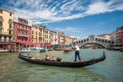 ВЕНЕЦИЯ, ИТАЛИЯ - 10-ое июня: Гондолы на грандиозном канале в Венеции, Ita Стоковое Изображение RF