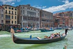 ВЕНЕЦИЯ, ИТАЛИЯ - 9-ое июня: Гондолы на грандиозном канале в Венеции, Ita Стоковое Изображение