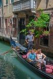 ВЕНЕЦИЯ, ИТАЛИЯ - 9-ое июня: Гондолы на грандиозном канале в Венеции, Ita Стоковые Фотографии RF