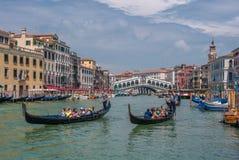 ВЕНЕЦИЯ, ИТАЛИЯ - 9-ое июня: Гондолы на грандиозном канале в Венеции, Ita Стоковое Изображение RF