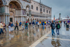 ВЕНЕЦИЯ, ИТАЛИЯ - 7-ое июня: Затопите в Венеции, acqua alta на аркаде Стоковое Изображение
