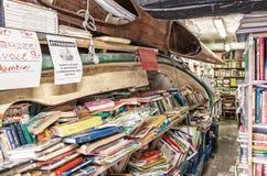 ВЕНЕЦИЯ, ИТАЛИЯ - 22-ОЕ МАРТА 2014: Старые книги bookstore Acqua Alta Стоковое Изображение