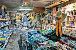 ВЕНЕЦИЯ, ИТАЛИЯ - 22-ОЕ МАРТА 2014: Старые книги bookstore Acqua Alta Стоковая Фотография