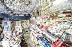 ВЕНЕЦИЯ, ИТАЛИЯ - 22-ОЕ МАРТА 2014: Старые книги bookstore Acqua Alta Стоковое Фото