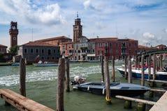 ВЕНЕЦИЯ, ИТАЛИЯ - 17-ОЕ МАЯ 2010: Канал на остров Murano в Венеции, Италии Стоковые Фотографии RF