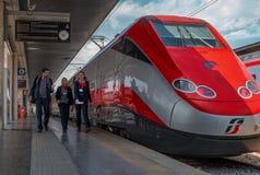 Венеция, Италия - 8-ое мая 2018: Локомотив быстроходного поезда Trenitalia на железнодорожном вокзале Венеции конец стоковое изображение rf