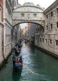 Венеция, Италия - 13-ое октября 2017: Гондолы с туристами плавают под мостом вздохов стоковое фото