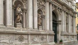 ВЕНЕЦИЯ, ИТАЛИЯ 27-ОЕ СЕНТЯБРЯ 2015: близко вверх экстерьера di Santa Maria del giglio chiesa, Венеция стоковые изображения