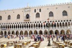 ВЕНЕЦИЯ, ИТАЛИЯ - 7-ОЕ СЕНТЯБРЯ 2014: Занятый день на Piazzetta Сан Стоковое Изображение RF
