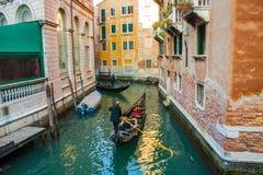 Венеция, Италия, 14-ое февраля 2017 Город Венеции Италии Взгляд на грандиозном канале, венецианском ландшафте с шлюпками и гондол Стоковые Фото