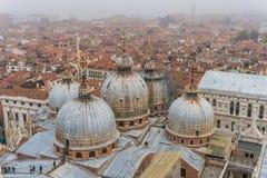 Венеция, ИТАЛИЯ - октябрь 2017: Вид с воздуха аркады Сан Marco и колокольни в Венеции, одном из самых известных ориентир ориентир Стоковое фото RF