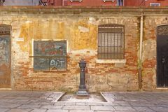 Венеция, Италия: старое здание и выпивая фонтан Путешествия стоковое изображение