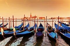 Венеция, Италия. Гондолы на грандиозном канале на заходе солнца Стоковые Фотографии RF