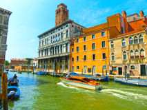 Венеция, Италия - гондолы на канале большом в красивом летнем дне Стоковая Фотография