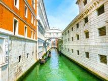 Венеция, Италия - гондолы на канале большом в красивом летнем дне Стоковые Фото