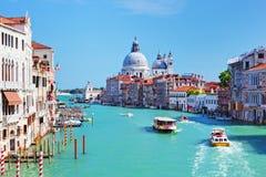 Венеция, Италия. Грандиозный канал и салют della Santa Maria базилики Стоковые Фотографии RF