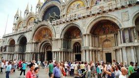 Венеция, Италия, июнь 2017: Базилика St Mark в Венеции Красивый обрамлять и известные лошади на крыше сток-видео