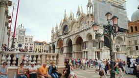 Венеция, Италия, июнь 2017: Базилика St Mark в Венеции Красивый обрамлять и известные лошади на крыше акции видеоматериалы