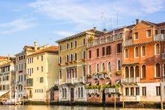 Венеция, Италия - 28-ое июня 2014: Городской пейзаж Венеции - взгляд на красочных зданиях построенных сразу на канале воды Стоковое Изображение RF