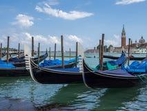 Венеция, Италия - 21-ое мая 2105: Гондолы причаленные на лагуне, с Стоковое фото RF