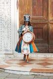 Венеция, Италия - февраль 2017: Представления женщины маски и костюма масленицы Стоковые Фотографии RF