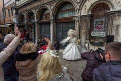 Венеция, Италия - февраль 2017: Представления женщины маски и костюма масленицы Стоковое Изображение RF