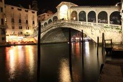 Венеция. Мост Rialto в ноче Стоковые Изображения RF