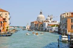 ВЕНЕЦИЯ 15-ОЕ ИЮНЯ: Грандиозный канал 15-ого июня 2012 в Венеции. Грандиозный канал самый большой канал в Венеции, Италии. Стоковое Изображение RF