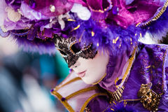 ВЕНЕЦИЯ, 10-ОЕ ФЕВРАЛЯ: Неопознанная женщина в типичном красочном платье представляет во время традиционной масленицы Венеции Стоковые Фото