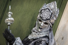 Венеция - 6-ое февраля 2016: Красочная маска масленицы через улицы Венеции Стоковая Фотография RF