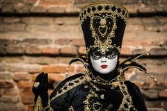 Венеция - 6-ое февраля 2016: Красочная маска масленицы через улицы Венеции Стоковые Фотографии RF