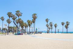 ВЕНЕЦИЯ, СОЕДИНЕННЫЕ ШТАТЫ - 21-ОЕ МАЯ 2015: Прогулка фронта океана на пляже Венеции, Калифорния Пляж Венеции одно из большинств  стоковое изображение rf