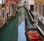 Венеция, старые дома на канале с гондолой Стоковая Фотография RF