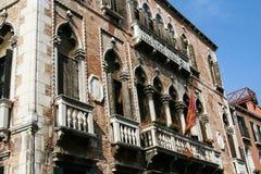 Венеция, фасад кирпичного здания с балконами и окнами стоковая фотография rf