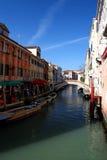 Венеция, шлюпки и мост Стоковое Фото