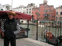 Венеция, gondolier, ждать пассажиры на доке мостом Rialto Стоковое Изображение RF